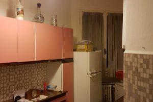 cucina con credenza e frigo